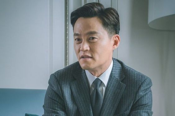 "Lee Seo Jin Transforms Into A Perfect News Anchor For Upcoming Thriller ""Trap"""