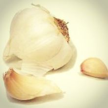 Garlic is a miracle food that can combat wrinkles and sagging skin. #skincare #skinfacts