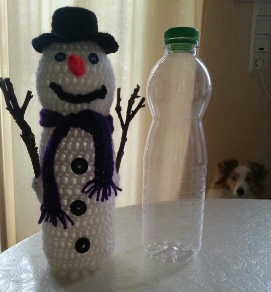 Schneemann PET Flaschen umhäkelt mit Schockokugeln gefüllt ein Mitbringsel oder Geschenk