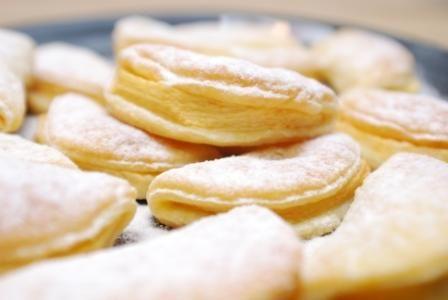 Bardzo proste i pyszne - ciasteczka z jabłkiem i serem  Składniki: trzy kwaśne jabłka (reneta, antonówka itp.),  20 dag mąki, 20 dag białego sera, 20 dag i masła, szczypta soli.  Przygotowanie: Pokruszony ser, mąkę, masło pokrojone na kawałki i sól zagniatamy zręcznie w kulę, którą odkładamy na chwilę do lodówki. Obieramy jabłka i dzielimy je na ósemki. Ciasto rozwałkowujemy na grubość mniej więcej trzech milimetrów, ale nie załamujemy rąk, jak wyjdzie nam cieniej lub grubiej. Wycinamy kółka…