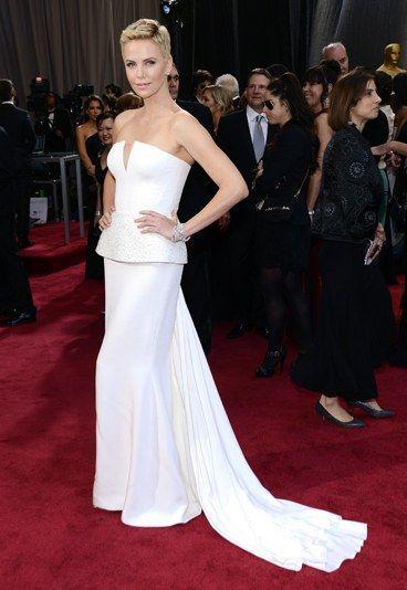 abito bianco di Dior Couture con scollo a V, lunga coda e peplo ricamato.