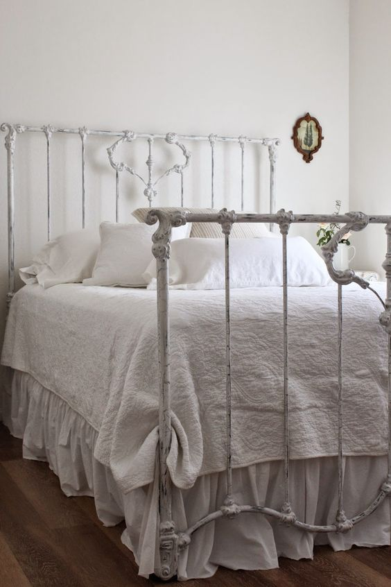 Need to paint my iron bed white for the spare room and then layer it with beautiful linens.