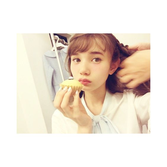 カップケーキを食べるマーシュ彩