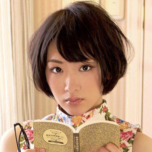 本を読んでいる生駒里奈