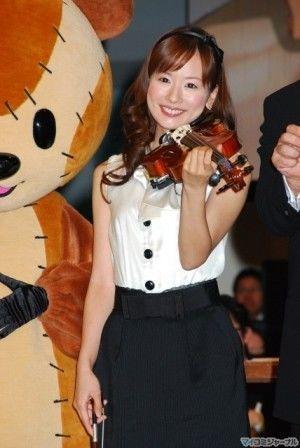 バイオリンを持つ皆藤愛子