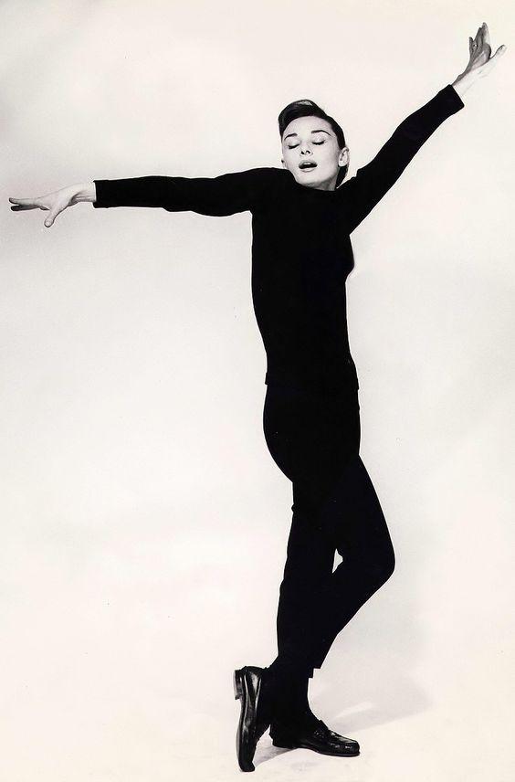 Audrey Hepburn, 1957, photo by Richard Avedon  (Idea de pose para cambio 2)