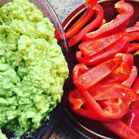 Who agrees that festive can be healthy?🥑 This incredible combination of red pepper and guacamole is heavenly! Make sure it graces your holiday table! 🍽