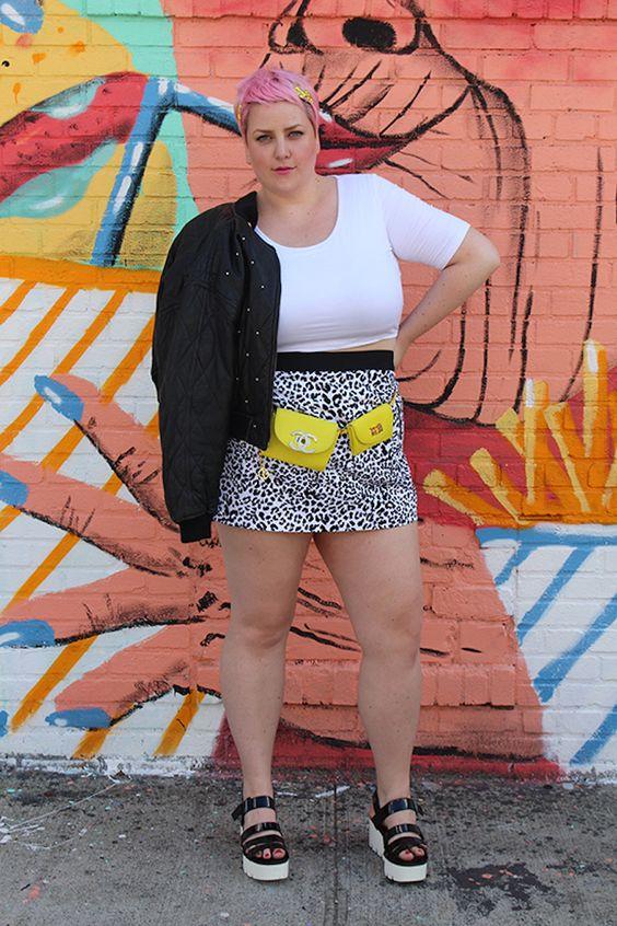 look plus size com saia animal print, blusa branca e pochete amarela neon
