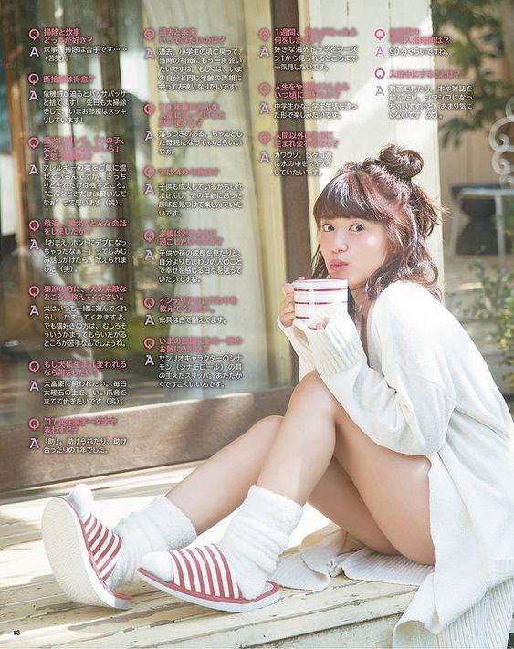 マグカップを持つ逢田梨香子