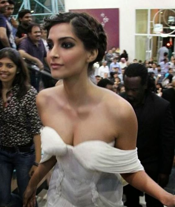 Actresses, Sonam kapoor and Bollywood actress on Pinterest