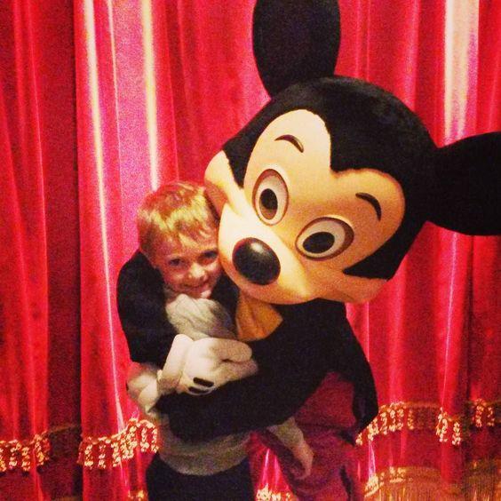 Latergram de notre journée hier... on a dit au revoir à disney et à Mickey. Lui aussi il adore les calins!  #disneylandparis #Disney #mickey #mongrandgarçon by virgie_monica