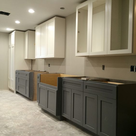 Two tone kitchen sherwin williams alabaster cabinets for Two colour kitchen units
