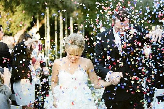 confetes para a saída dos noivos