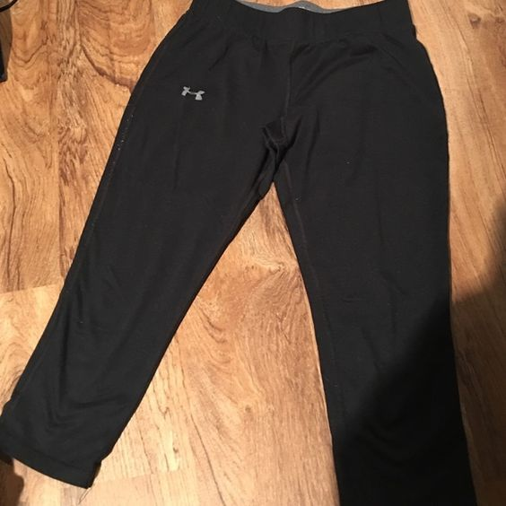Used workout capris Fitted capri leggings. Some pilling noted from wear. Still in good condition. Under Armour Pants Capris