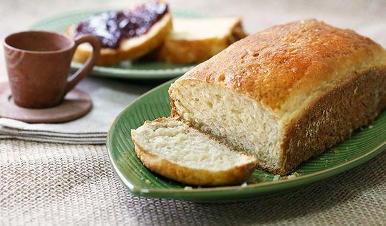 Essa receita de pão de aipim caseiro é feita em duas etapas e fica delicioso. Ele tem gostinho daqueles pães feitos por nossas mães.