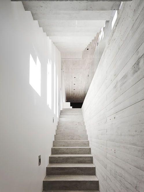 Escada e Parede de Concreto. Arquiteto: Ramon Coz e Benjamin Ortiz. Fotógrafo: Sergio Pirrone.