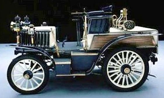 La Benz Rennwagen mesure 1.6 mètres de large, 2.96 mètres de long, et a un empattement de 1.9 mètres, pour une vitesse maximum de 50 km/h, un moteur 2 cyl. 2.7L de 10 ch, cette voiture fut produite de 1899 à 1902.