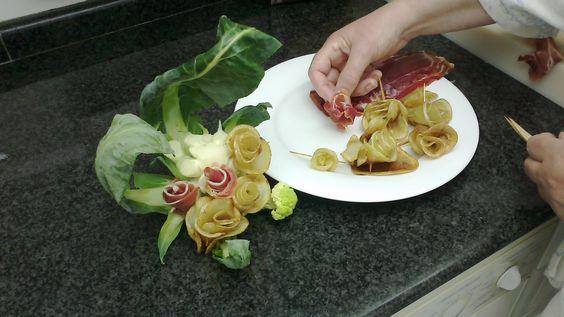 las rosas se pinchan en un tallo de coliflor