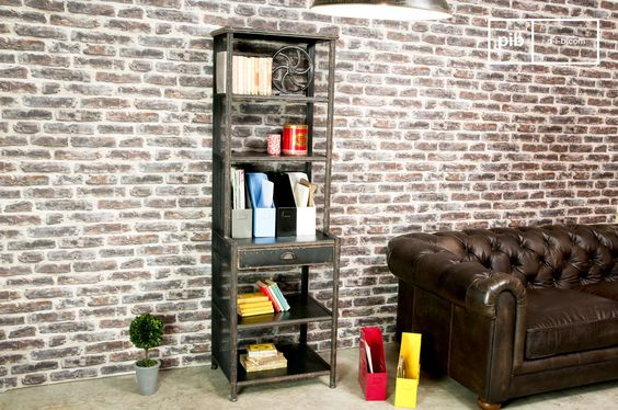 Das Regal kann auch ausgezeichnet als Geschirrschrank oder Bücherregal verwendet werden.Die Arbeitsfläche des Regals ist ideal für kleinere Schreibarbeiten oder zur Aufbewahrung von größeren Accessoires. Unter der Arbeitsfläche befindet sich ein Schubfach mit Platz für Dokumente oder kleine Gegenstände.
