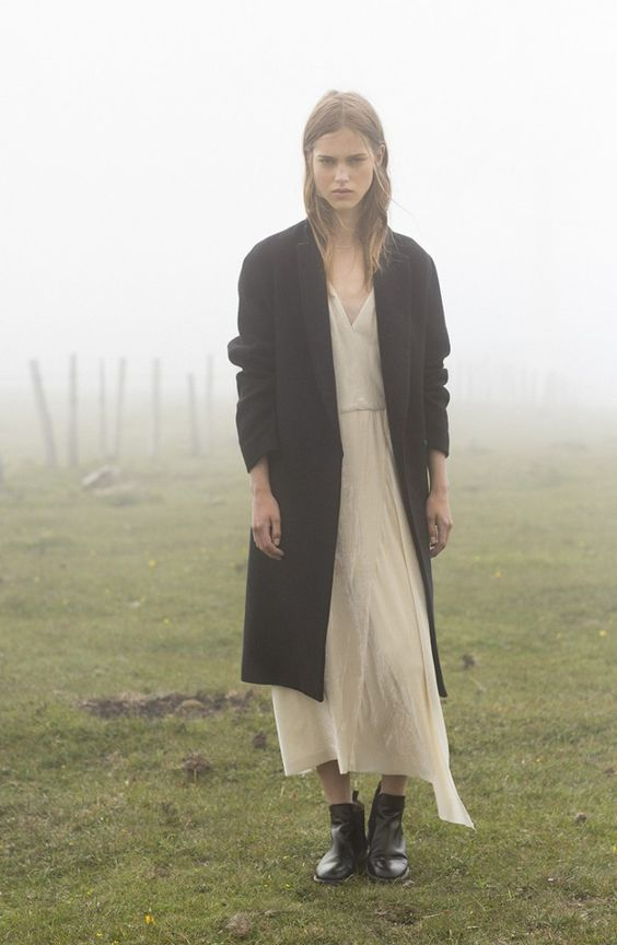 Long cream white dress / Long black coat / black ankle boots / Campaña | MASSCOB - La Coruña:
