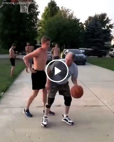 Pai mostra pro filho como jogar basquete
