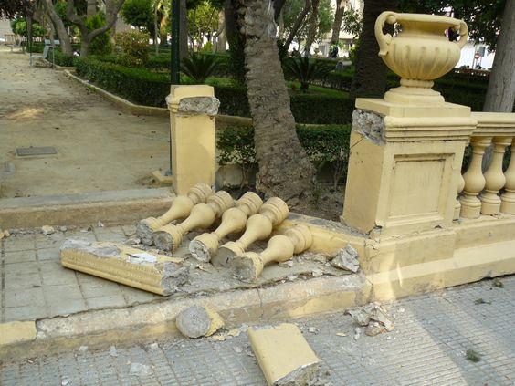 La orientación de los elementos caídos durante un terremoto, tal como esta balaustrada, es indicativa de la dirección de llegada de las ondas sísmicas (terremoto del 11 de mayo 2011). Photo: J.J. Martínez-Díaz