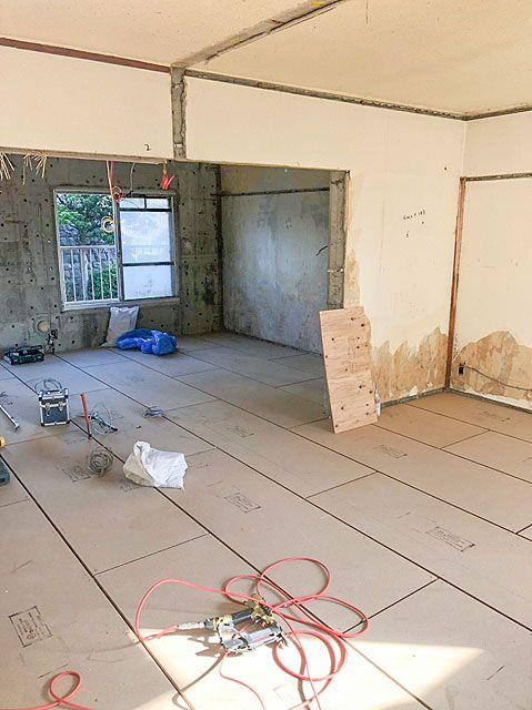 床工事が一段落し 今週は壁面の工事に取り掛かっています 工事 家 床