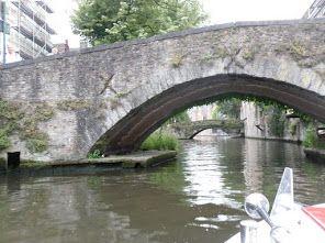 Andando de barco pelos canais de Brugge-Bélgica.