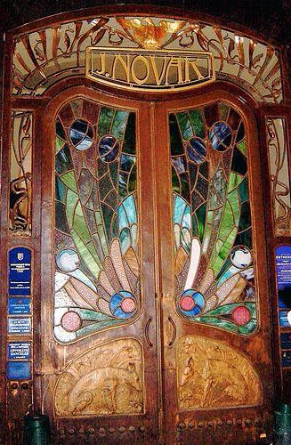 Puerta de cristal manchada en la calle fábrica de cerveza en Praga.
