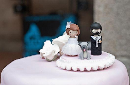¡LOVE IT! los cake topper personalizados, como este de El Sofá Amarillo #figurasnovios #caketoppers #tendenciasdebodas: