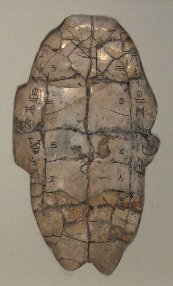 Un caparazón de tortuga oracular con antiguos escritos oraculares chinos inscritos en él