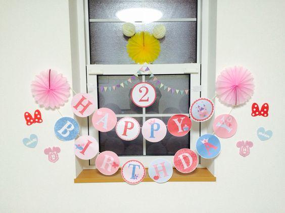 娘の2歳の誕生日の飾り付け♡ ガーランドはサイトからダウンロードして、プリントアウトしました。 他は100均で購入した物を飾り付けしました!
