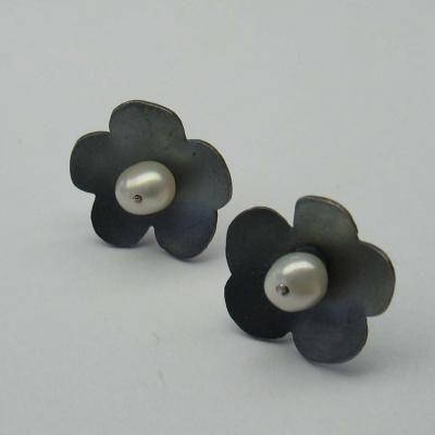 Zilveren bloemoorbellen met parel. Zwart geoxideerde afwerking, 14mm.