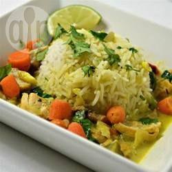 Hähnchen Curry mit Kokosmilch im Slow Cooker - Ein einfaches Hähnchencurry, bei dem man nur das Fleisch kurz anbraten muss. Dann kommt alles in den Slow Cooker und nach ein paar Stunden ist das Essen fertig! Dazu Reis servieren. @ de.allrecipes.com