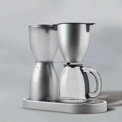 Look originale pour cette cafetière en aluminium brossé et verre équipée d'un filtre permanent et d'un système de percolation