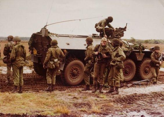 DAF YP 408 PWI-S-Gr voor het vervoer van infanteristen onder pantser. Uitgefaseerd begin jaren 90. Afkorting PWI-S-Gr= Panterwielinfanterie standaard groepsvoertuig.