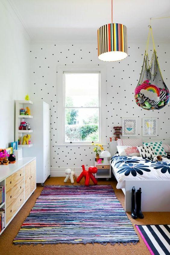 une magnifique chambre en blanc avec petite fenêtre et tapis coloré