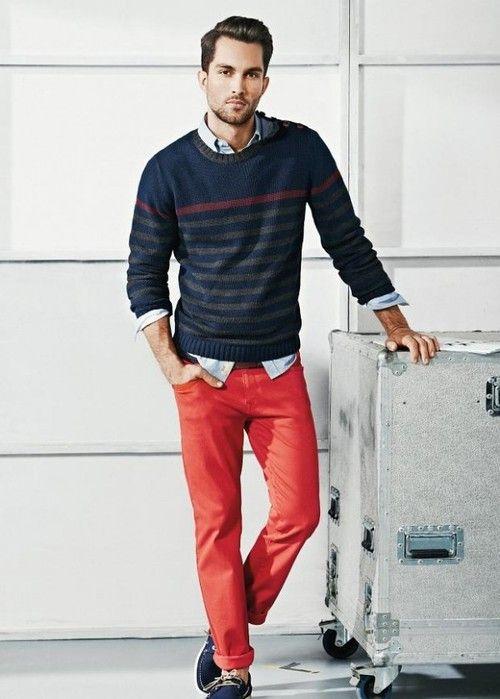 Estilo com calça vermelha.