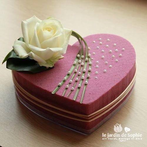 coeur mousse florale rose avec rose blanche