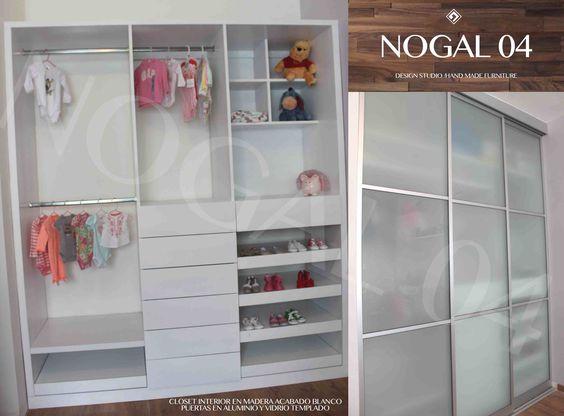 Closet con interior en madera acabado blanco y puertas for Puertas de madera con cristal