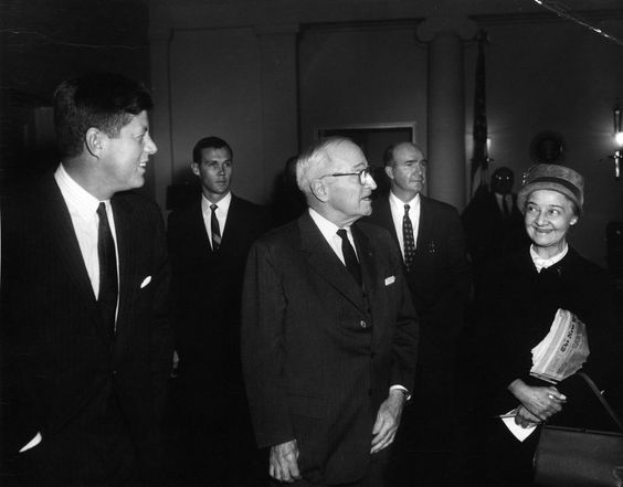 """1962. 13 Février. Description: President John F. Kennedy stands with former President Harry S. Truman in the West Wing Lobby, White House, Washington, D.C. (L-R) President Kennedy; Secret Service agent William """"Bill"""" Duncan; President Truman; Special Assistant to President Kennedy Dave Powers; Washington Correspondent for the Guy Gannett Publishing Company of Maine, May Craig. Par Abbie ROWE"""
