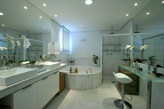Banheiro com banheira e bancada de beleza