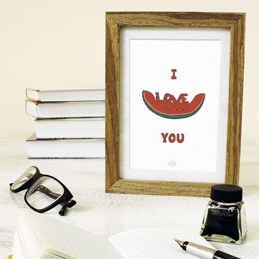 """Yaz günlerinin neşesi karpuzun size mesajı var! """"i love you"""" ! Üzerinde seni seviyorum yazan karpuz illüstrasyonu! Hemen satın alın, çevrenize neşe saçsın! www.mottoposter.com/poster/177i-love-you.html"""