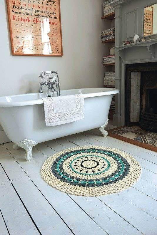 Tapetes de barbante no banheiro com banheira #tapetes #decoração