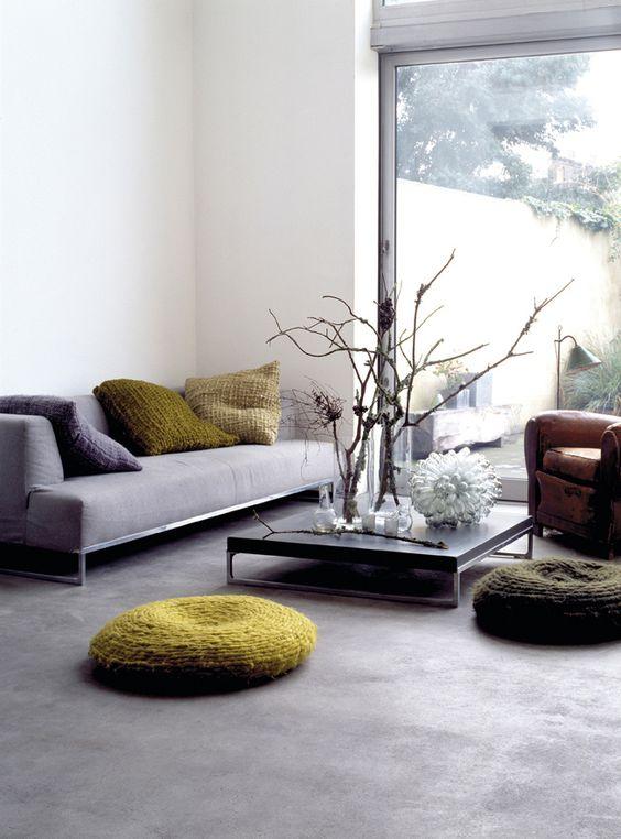Sofaen er et designobjekt fra B Italia, mens lenestolen i lær er funnet i en bruktbutikk.