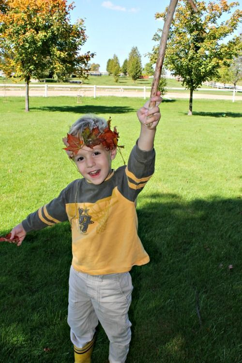 Sewing leaves is a great fall activity for preschoolers! These fall leaf crowns are great for imaginative play and awesome learning too!