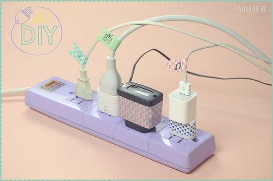 A todas nos pasa estos días, los cables de nuestros aparatos electrónicos son demasiados. Necesitamos una forma más prolija de organizarlos. Hoy te traigo esta estupenda idea para organizar los cables que además te ayudará a darle algo de color a tu hogar. ¡Inténtalo!Materiales:Washi tape. Tijera. Marcador.