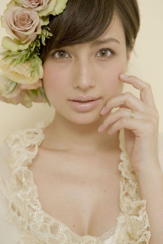 花のヘッドアクセサリーをつけたドレス姿の佐田真由美の画像