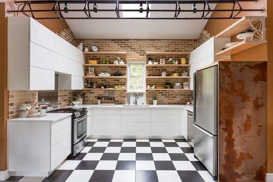 schneidigen handwerkliche Küche mit industriellen Elementen und zeitgenössischem Schränke