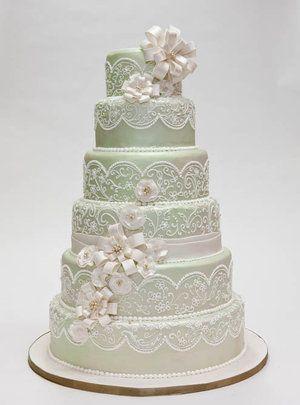 Un gâteau de mariage avec un motif de dentelle
